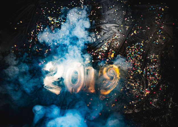 2019煙の中の新年風船