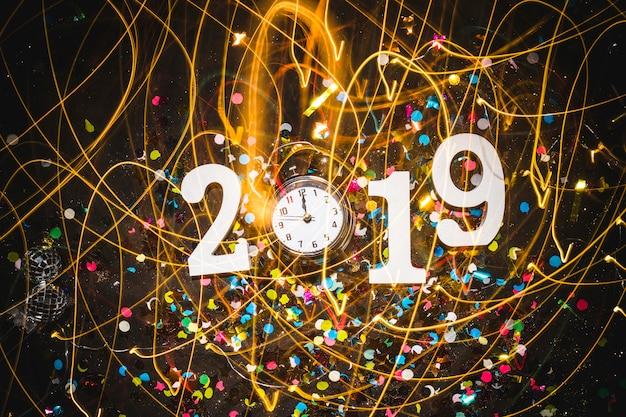 2019黒のテーブルに時計と碑文