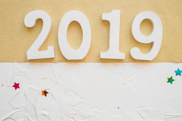 Белая надпись 2019 на светлом столе
