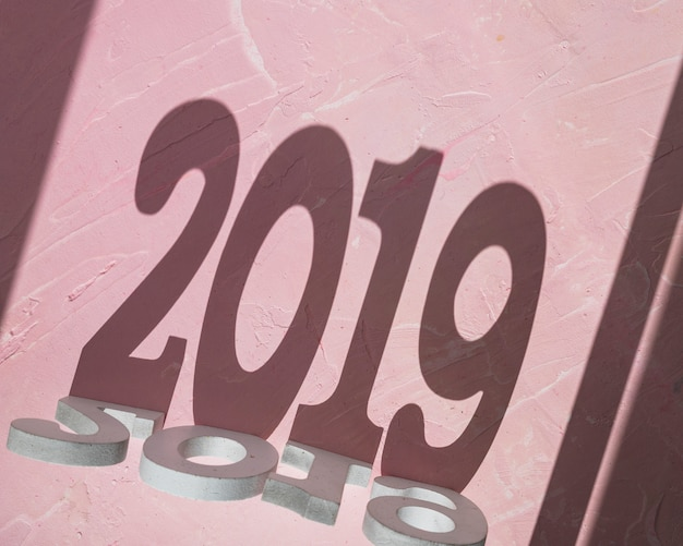 2019年の碑文から作られた影