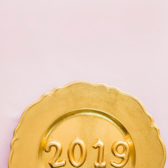 2019黄色のプレートのキャンドルからの碑文