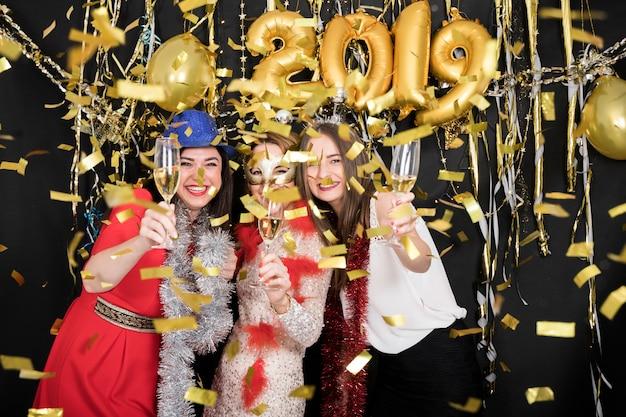2019年の新年パーティーで祝う女の子