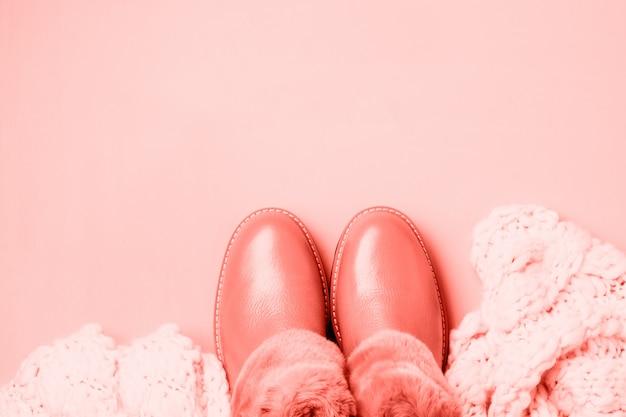 Кожаные женские теплые туфли с мехом на светло-розовом фоне. модный живой коралловый цвет года 2019. вид сверху. справиться с космосом.