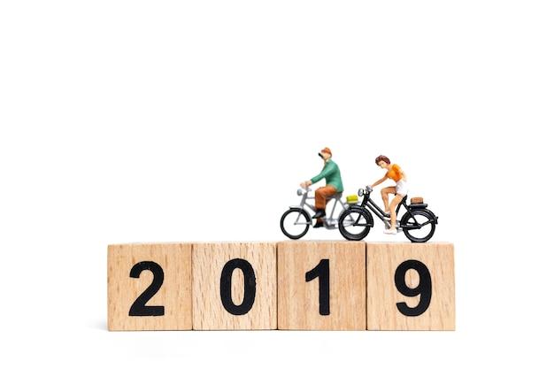 ミニチュア人:フレンドグループの自転車、木製の番号2019