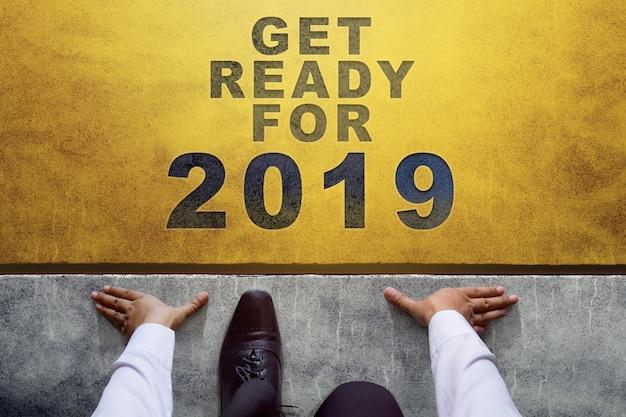 2019 год. вид сверху бизнесмена в строке «начать»