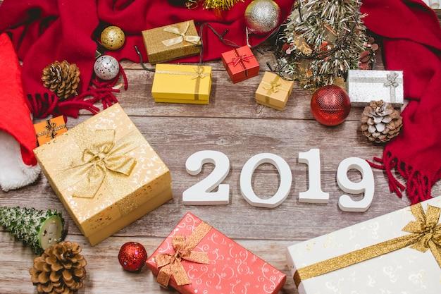 2019番号と木製の背景にクリスマスの装飾。