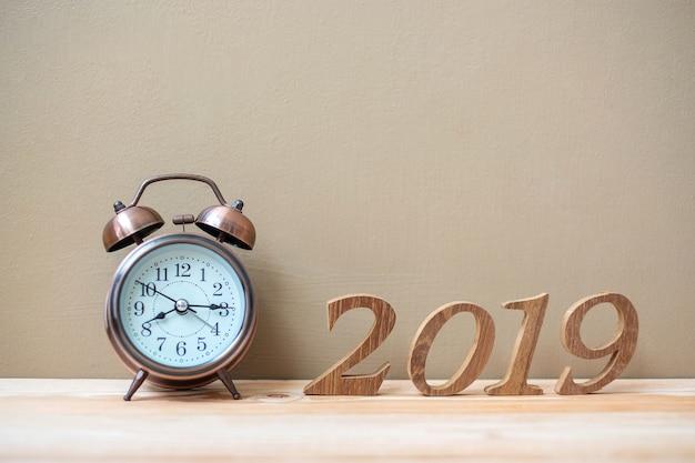 レトロな目覚まし時計と木製の番号が付いている2019年の新しい年