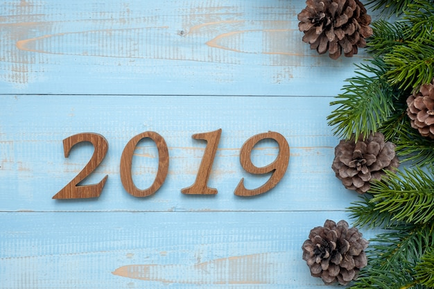 木製の背景にクリスマスの装飾と2019番号