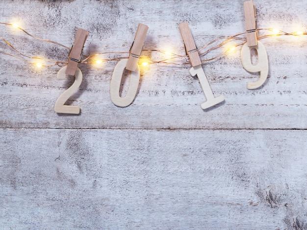 2019木の背景に新年の木製の番号