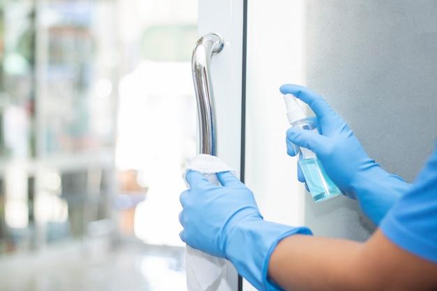 Дезинфицирующее средство спрей с чистой ручкой двери защищает от вирусных бактерий корона 2019