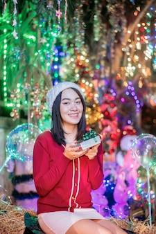 アジアの女の子2019年のクリスマスシーズン中にプレゼントを受け取って幸せ。
