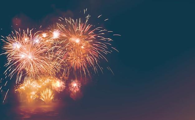 色とりどりの花火の背景、無料のスペース、テキスト、ハッピーニューイヤー2019