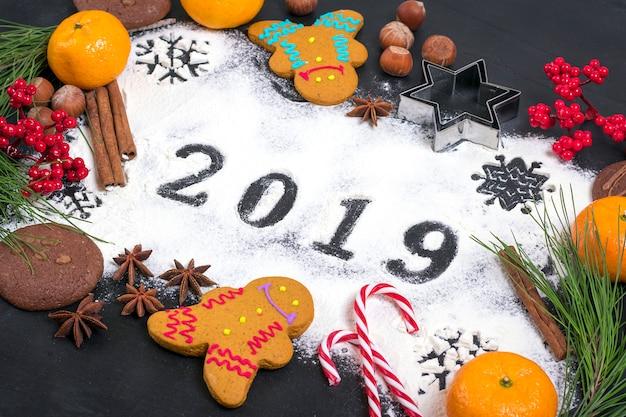 2019テキストは、黒の背景に装飾と小麦粉で作られた。