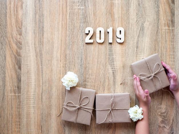 幸せな新しい年2019木製のギフトボックスで装飾