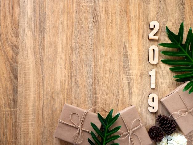 С новым годом 2019 декоративный с подарочной коробкой на деревянном