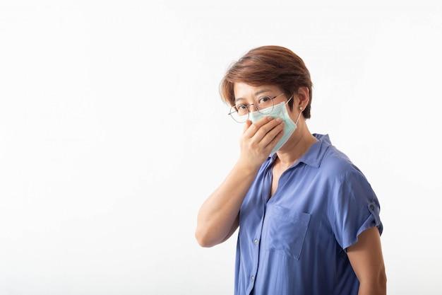 Концепция коронавируса 2019 года, азиатские женщины имеют выделения из носа, кашель, чихание и жар.