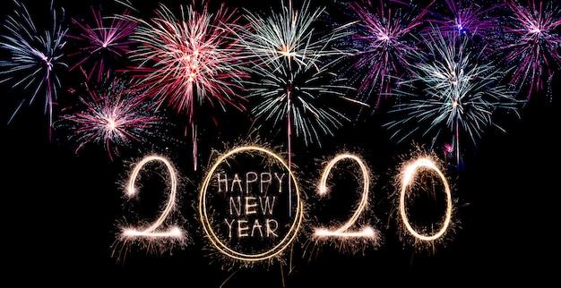 新年あけましておめでとうございます2020。創造的なテキスト新年あけましておめでとうございます2020書かれた輝く花火分離