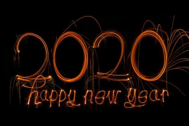 新年あけましておめでとうございます2020。番号2020書かれた輝く花火