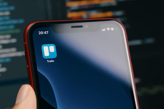 キルギスタン、ビシュケク-2020年3月14日:trelloアプリ。スマートフォン画面のクローズアップ。