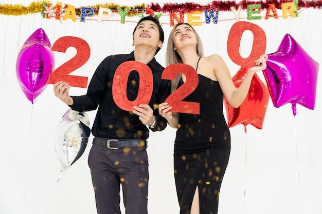 カップルが2020年のパーティー3を祝う