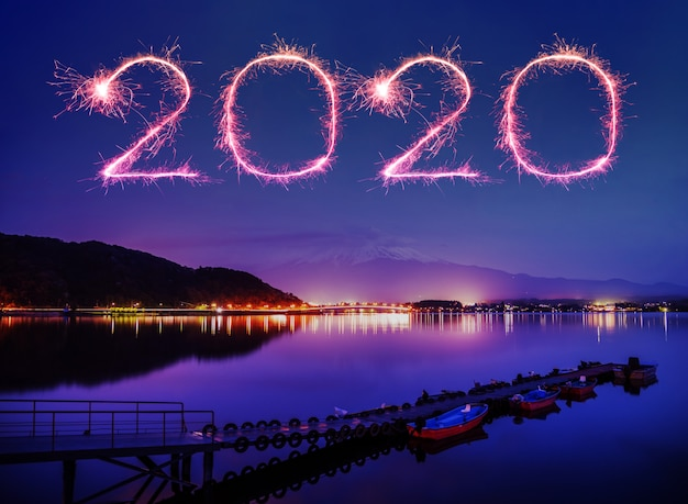 Фейерверк с новым годом 2020 над горой фудзи-сан на озере кавагутико в японии