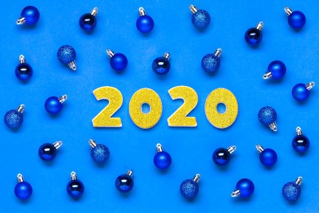 2020 номера украшены блестками, круглая синяя безделушка на классическом синем фоне цвет года 2020