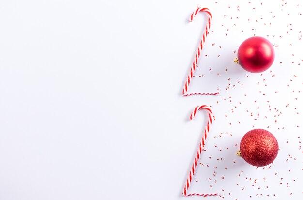 2020 надпись от конфета и красный шар на белом фоне. новогодняя концепция.