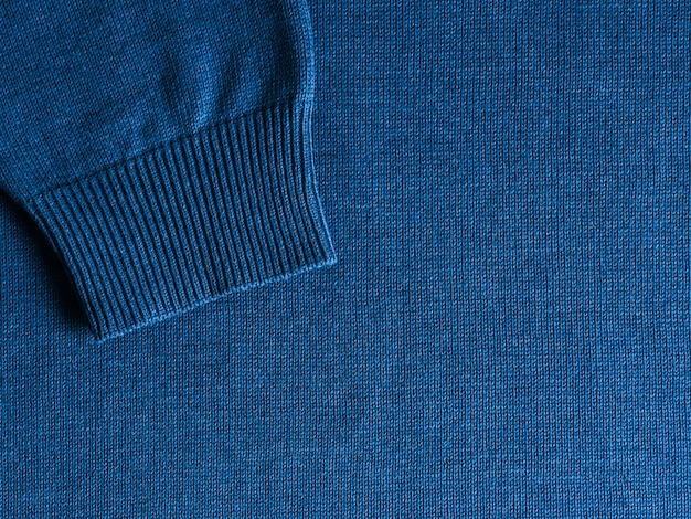 Свитер классического голубого цвета 2020 года.