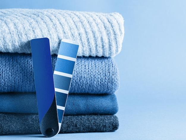 Цвет стека классических синих свитеров 2020 года
