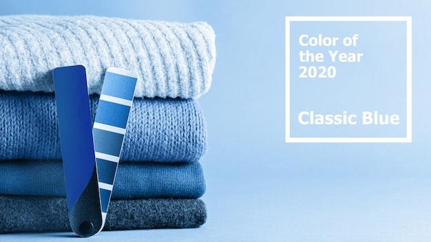 Стек из свитера и цветовой гаммы в классическом синем цвете 2020 года.