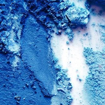 アイシャドウ化粧品パウダーが散在しています。 2020年のクラシックブルー。コピースペース。
