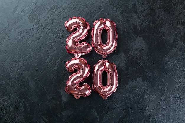 Розовые цифры 2020 черный фон.