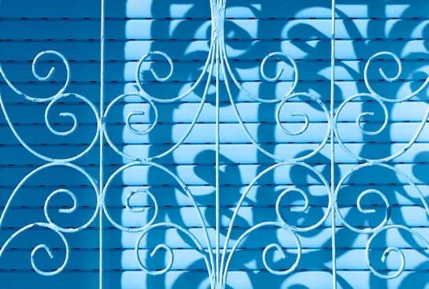 Модный цвет 2020 года. металлическая защитная сетка крупным планом. изогнутая сталь. текстура решетки с орнаментом