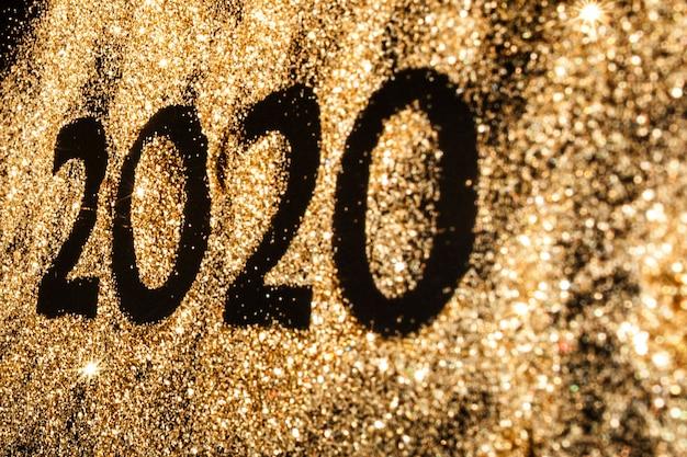 Красивый сверкающий золотой номер 2020 на черном фоне