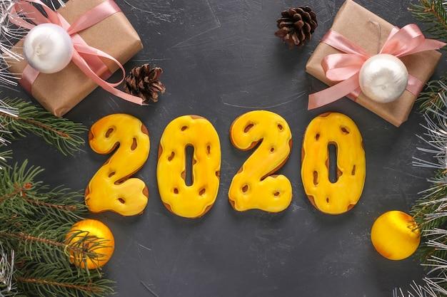 数字2020の形のジンジャーブレッドクッキーとギフト