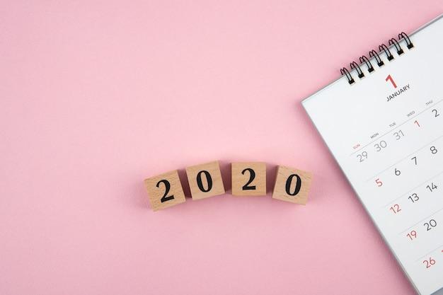 ピンクの背景に新年2020年カレンダー