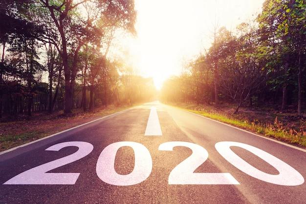空のアスファルト道路の夕日と新年2020。