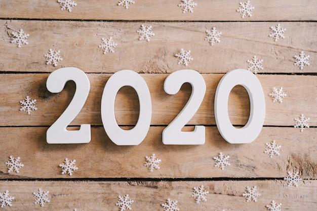 木製のテーブルとクリスマスの装飾背景に2020年新年コンセプト。