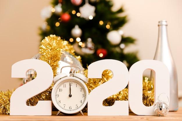 Новый год 2020 белый знак на столе