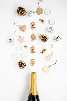 家のクリスマスの装飾と2020年の新年の数字