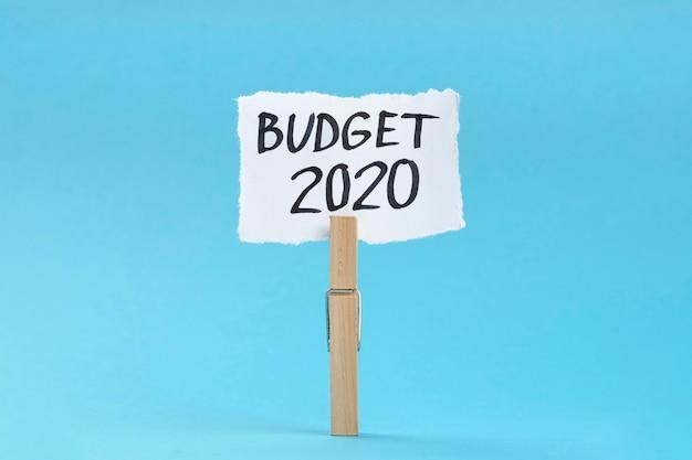 Высокий угол крюка с заметкой бюджета 2020 года