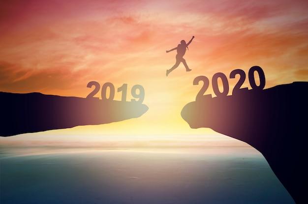2020年にジャンプする男のシルエット