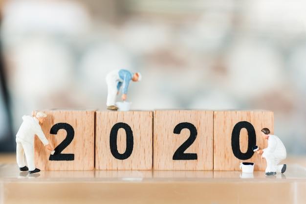 木製ブロック番号2020に描かれたミニチュア労働者チーム