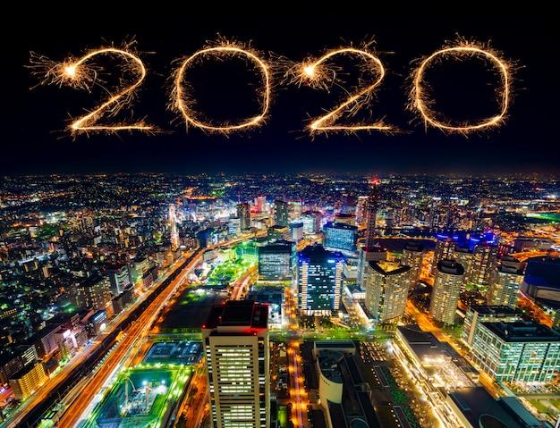 夜、日本の横浜都市景観上の2020新年あけましておめでとうございます花火