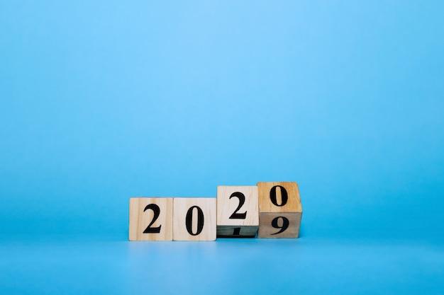 青の木製ブロックキューブと幸せな新年2020コンセプト