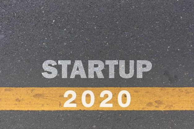 2020年とビジネスコンセプト。起動メッセージまたは単語が道路の背景に印刷されます