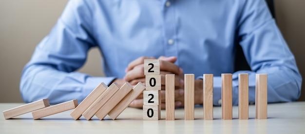 2020年の木製ブロックを持ったビジネスマン