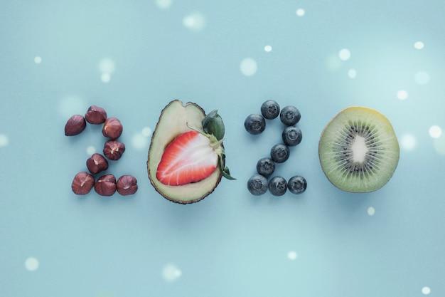 パステルブルーの背景に健康食品から作られた2020