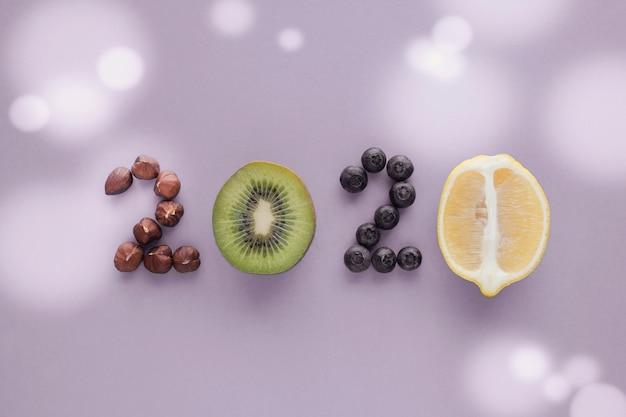 パステル調の紫色の背景に健康食品から作られた2020