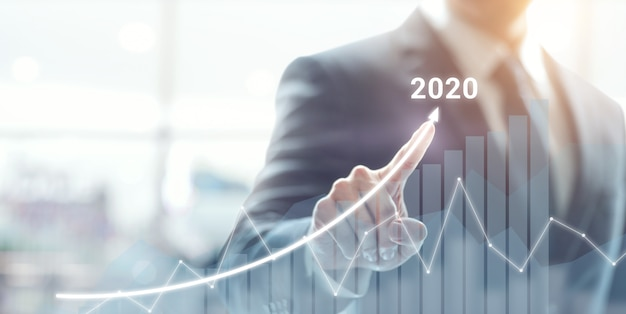 2020コンセプトの成長成功。ビジネスマンの計画と彼のビジネスの肯定的な指標の増加。